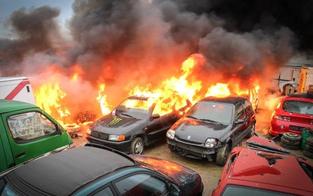 Flammeninferno auf Auto-Abstellplatz