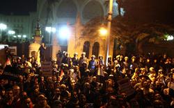 Mursi flüchtet vor Straßenschlachten
