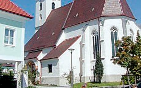 Kirchenfenster mit Äpfeln eingeschossen