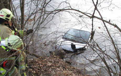 Auto bei Klagenfurt in Teich gestürzt