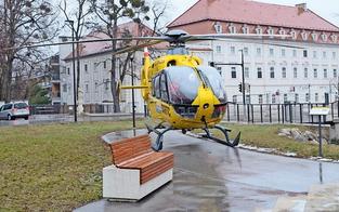 Spektakuläres Flugmanöver: Rettungsheli landete vorm Rathaus