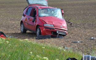 Auto crasht in Sattelschlepper: Pkw-Lenker tot