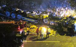 Lkw stürzt auf Autobahn - Lenker tot