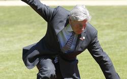 Spitzenpolitiker stolpert am roten Teppich