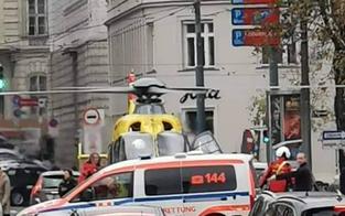 Hubschrauber landet mitten in Wien