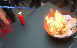 Riesen-Eklat: Demonstranten verbrennen Masken vor Wiener Oper