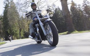 Grüne sperren Strecken für laute Motorräder