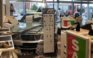 Auto-Lenkerin crasht in Schuh-Geschäft