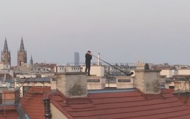 Alphornbläser auf Dach verzückt Wien