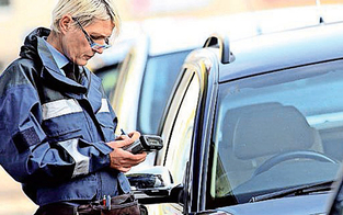 Lenker raste in Graz 2-mal auf Kontrollorin los