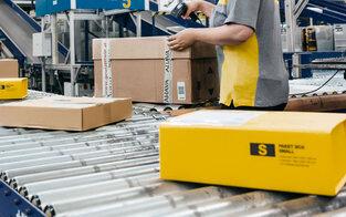 Post-Mitarbeiterin stahl 1.000 Pakete