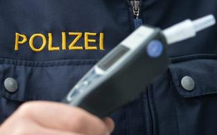 Alko-Lenker verursacht Unfall in Vorarlberg – zwei Verletzte
