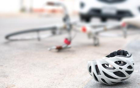 Gegen Pkw geschleudert: 16-Jähriger stirbt nach schwerem Rad-Crash