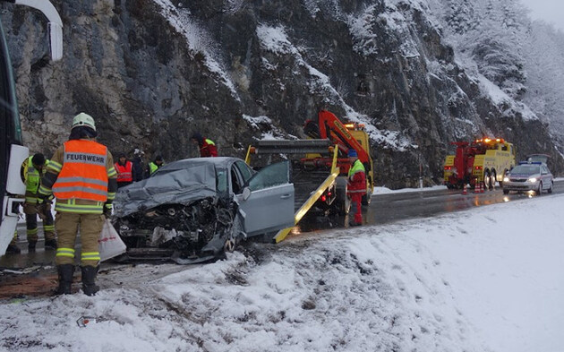 Auto rast frontal in Reisebus: 6 Verletzte