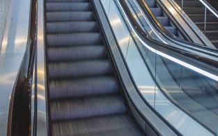 Kind verliert auf Rolltreppe zwei Finger