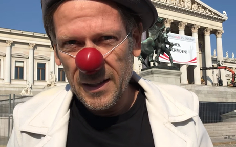 Burka-Verbot: Clown-Demo vor Parlament
