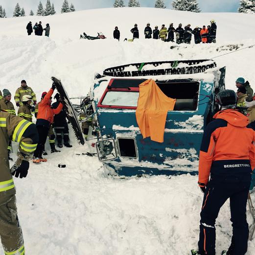Pistenraupe stürzt ab: Elf Verletzte