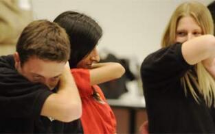 In Bank gehustet & sich berührt: 7 Teenies angezeigt