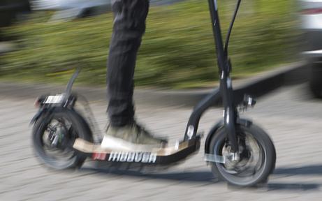 E-Scooter-Lenkerin crasht in Fußgängerin