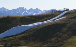 Verrückt: Hier startet die Skisaison mitten in grüner Wiese