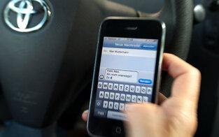 Strengeres Handyverbot am Steuer fix