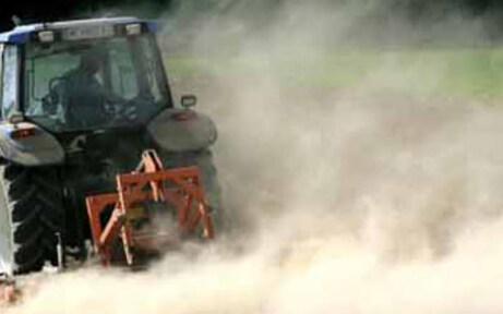 Mann vor den Augen seiner Frau von Traktor überrollt - tot