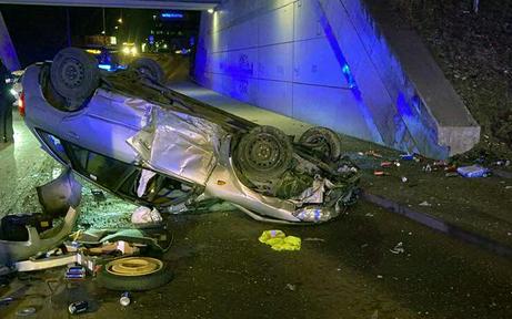 Auto überschlägt sich bei Unfall: zwei Verletzte