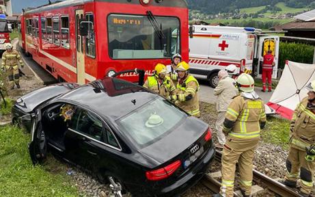 Auto crasht mit Zug: Zwei Verletzte