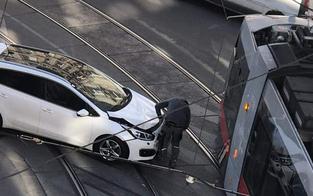 Pkw crasht mit Bim in Ottakring