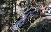 Auto stürzt über Skiabfahrt – Lenker tot