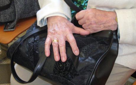 Nach Geldabhebung Pensionistin ausgeraubt