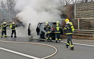 Explosionsgefahr: BMW brannte auf Autobahn aus