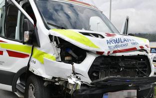 Rettungswagen crasht mit Pkw: Zwei Verletzte
