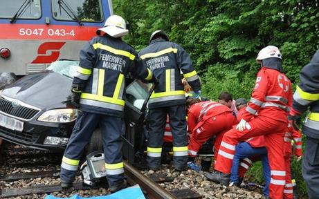 Zug crashte Auto: Frau schwer verletzt